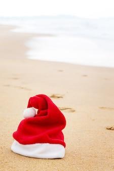 Weihnachtsmütze am sandstrand
