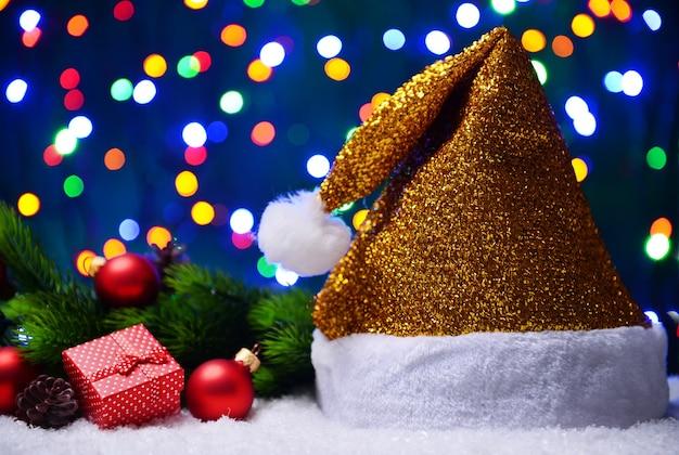 Weihnachtsmütze auf schnee