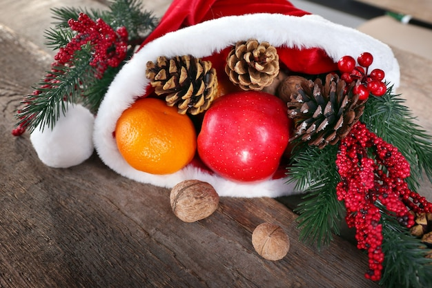 Weihnachtsmütze gefüllt mit weihnachtsgeschenken, nahaufnahme