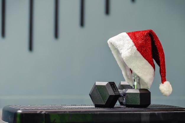 Weihnachtsmütze im fitnessstudio