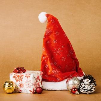 Weihnachtsmütze und geschenkbox