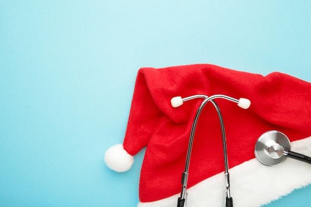 Weihnachtsmütze und stethoskop mit kopierraum