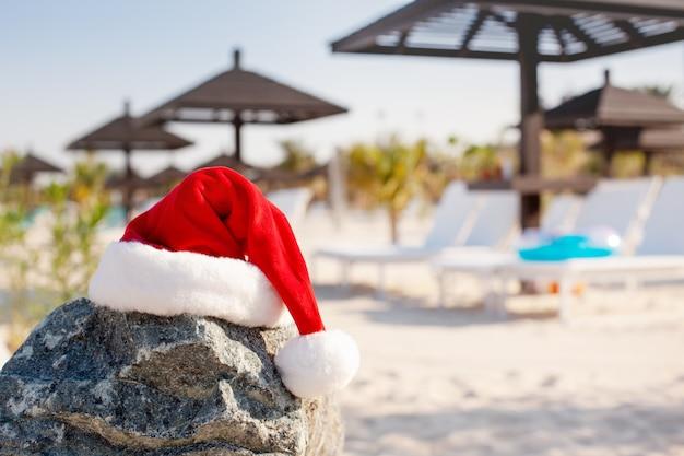 Weihnachtsmützen am strand