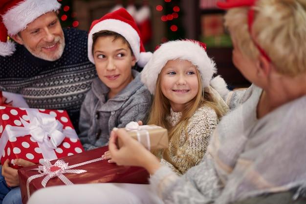 Weihnachtsmützen machen die atmosphäre magischer