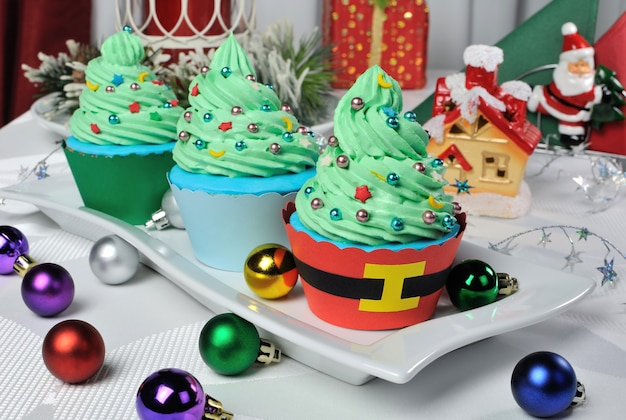 Weihnachtsmuffins in einem baum mit sternen und luftballons