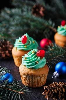 Weihnachtsmuffins in einem festlichen wald des neuen jahres. dessert für silvester und weihnachtsfeier.