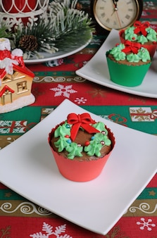 Weihnachtsmuffins in form eines weihnachtskranzes