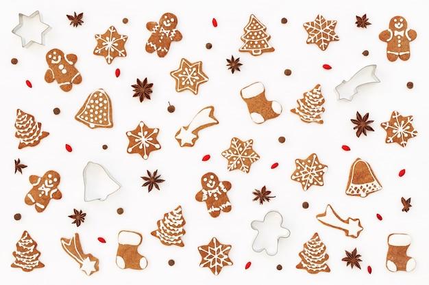 Weihnachtsmuster aus lebkuchenplätzchen auf weiß
