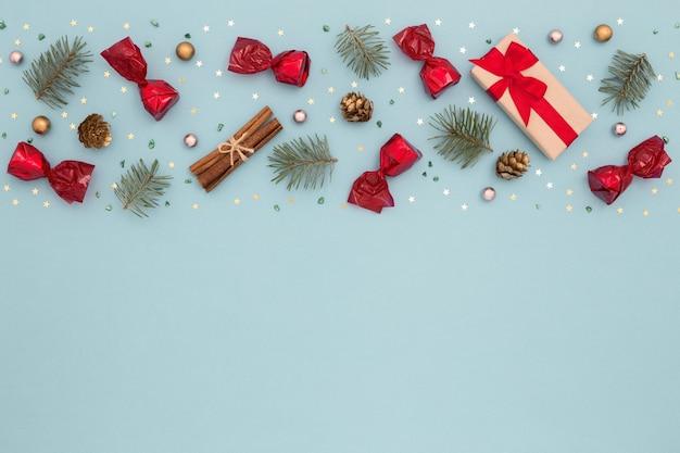 Weihnachtsmuster aus neujahrsdekorationen auf blau
