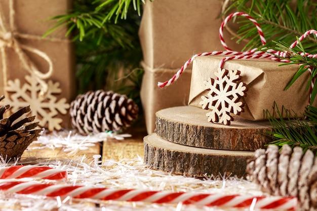 Weihnachtsmuster mit schneeflocken, tannenzweigen, weihnachtsgeschenk.