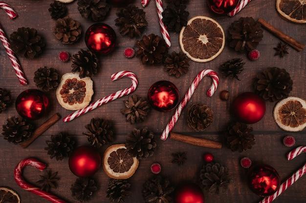 Weihnachtsmuster von weihnachtsschmuck, bällen, kegeln, gewürzen. im flatley-stil. das konzept, das neue jahr zu feiern. ansicht von oben.