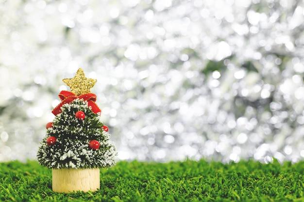 Weihnachtsneues jahr feiern hintergrund mit wenigem weihnachtsbaum