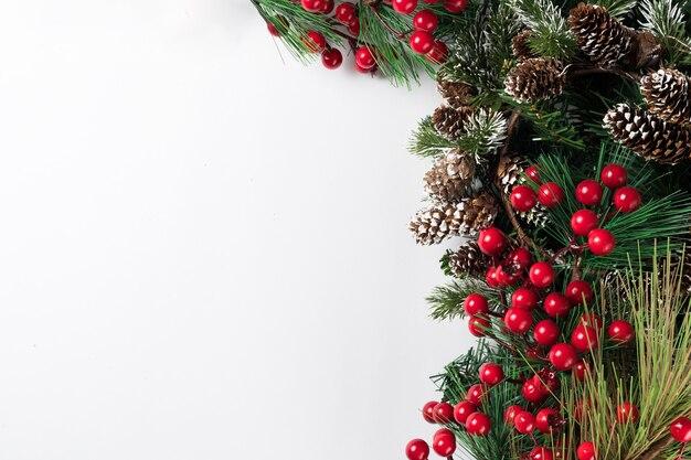 Weihnachtsneujahrskomposition auf weißem hintergrund. tannenzweige, weihnachtsdekoration. flache lage, draufsicht, kopierraum.