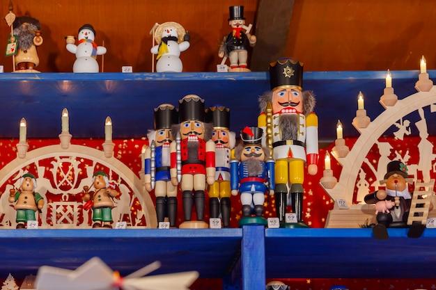 Weihnachtsnussknacker auf dem weihnachtsmarkt