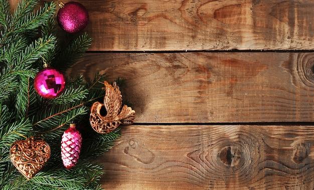 Weihnachtsoberflächenspielwaren auf dem weihnachtsbaum auf holzoberfläche