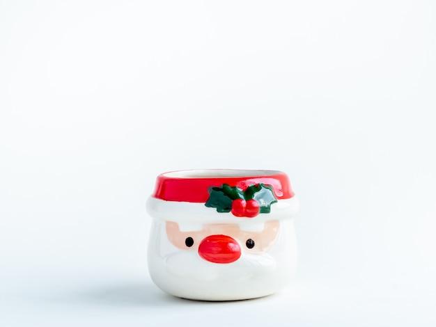 Weihnachtsobjektkonzept, leerer niedlicher weihnachtsmann geformter blumentopf lokalisiert auf weiß