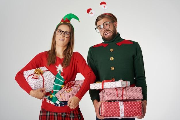 Weihnachtspaar mit großen geschenken