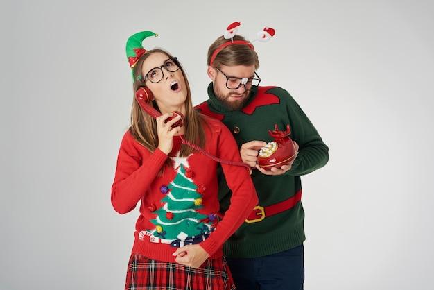 Weihnachtspaar telefoniert per retro-telefon
