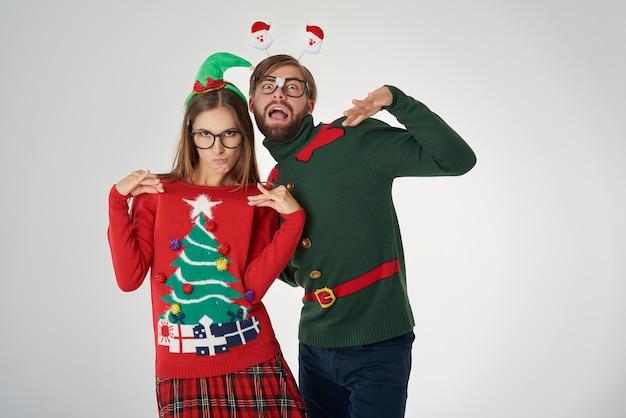 Weihnachtspaar und lustige posen