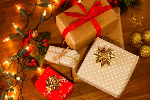 Weihnachtspakete auf einem holztisch in einer draufsicht