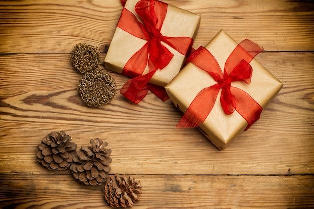 Weihnachtspakete mit rotem band auf einem rustikalen holztisch