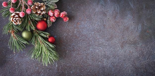 Weihnachtspanoramischer hintergrund mit den kiefernzweigen, -kegeln und -beeren