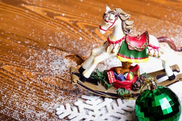 Weihnachtspferd, schneeflocke und weihnachtsspielzeug.