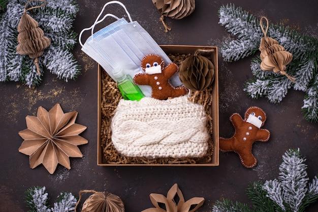 Weihnachtspflegepaket mit maske und antiseptikum