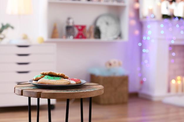 Weihnachtsplätzchen auf dem tisch im wohnzimmer