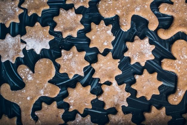 Weihnachtsplätzchen auf einem hölzernen hintergrund