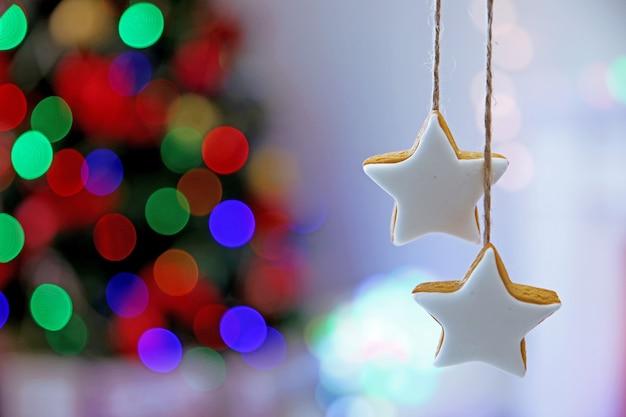 Weihnachtsplätzchen auf glänzendem abstraktem hintergrund