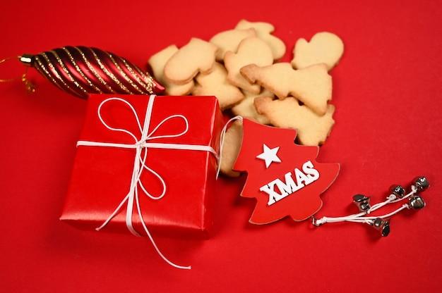 Weihnachtsplätzchen auf rotem hintergrund. foto in hoher qualität