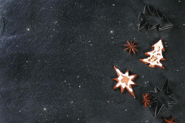 Weihnachtsplätzchen auf schwarzem hintergrund