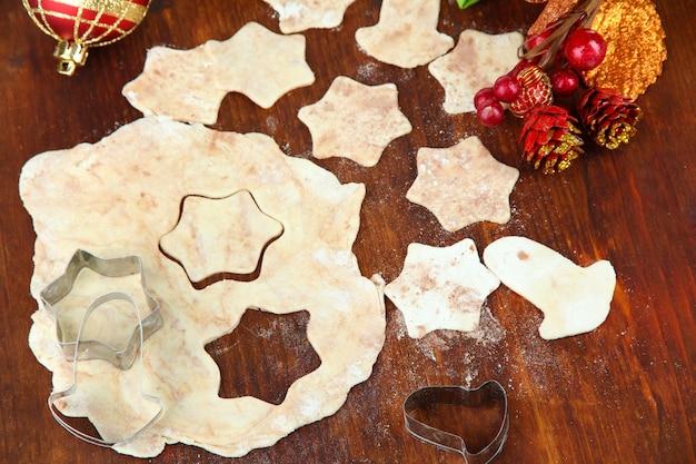 Weihnachtsplätzchen backen auf holztisch