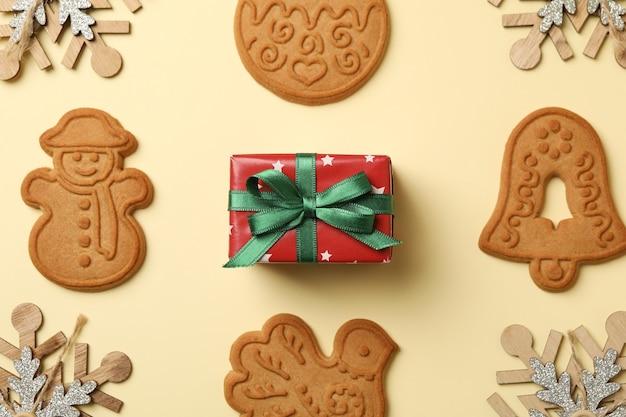 Weihnachtsplätzchen, geschenkbox und schneeflocken