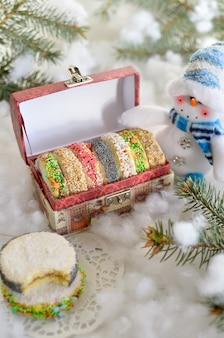 Weihnachtsplätzchen in einer festlichen schachtel
