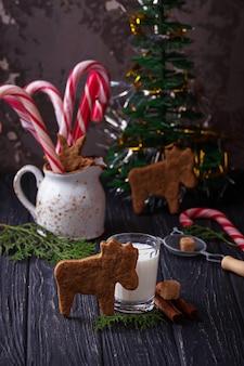 Weihnachtsplätzchen in form von rehen und milch. selektiver fokus