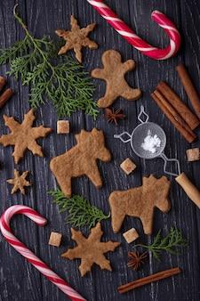 Weihnachtsplätzchen in form von rotwild und schneeflocke. selektiver fokus