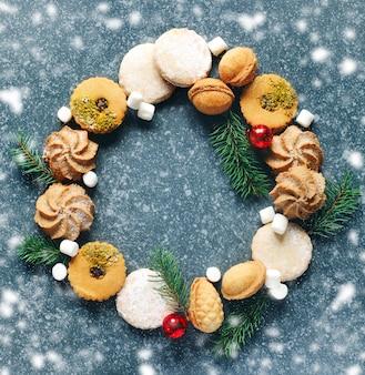 Weihnachtsplätzchen kranz. verschiedene kekse: linzer kekse, shortbread, nusskeks, orangenmandelkeks.