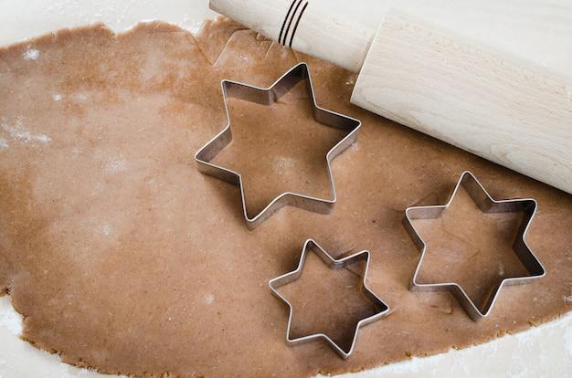 Weihnachtsplätzchen. lebkuchen-teig mit gewürzen.