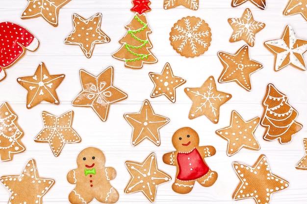 Weihnachtsplätzchen lokalisiert auf weißem hintergrund. satz selbstgemachte lebkuchenplätzchen des weihnachtsfestes
