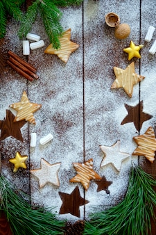 Weihnachtsplätzchen mit dekorationen auf holztisch.