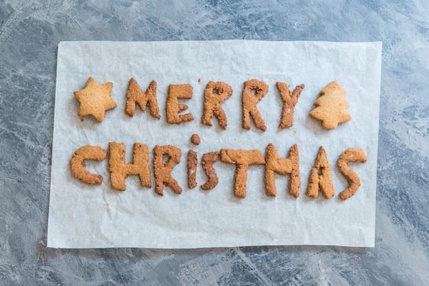 Weihnachtsplätzchen mit den buchstaben frohe weihnachten