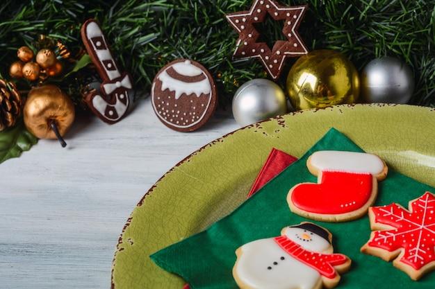Weihnachtsplätzchen mit festlicher dekoration.