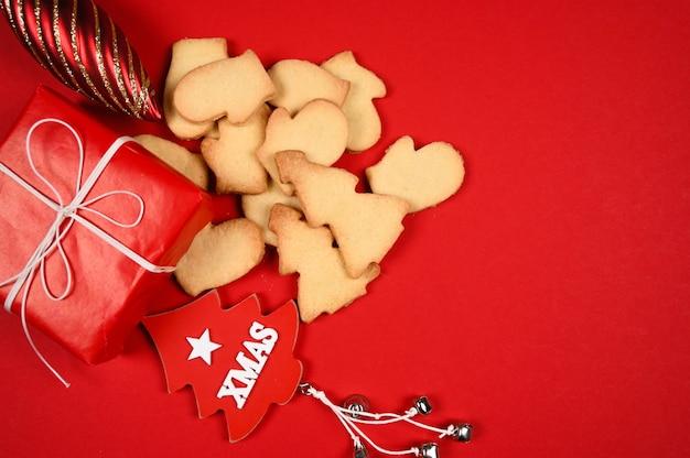 Weihnachtsplätzchen mit geschenkbox auf rotem hintergrund