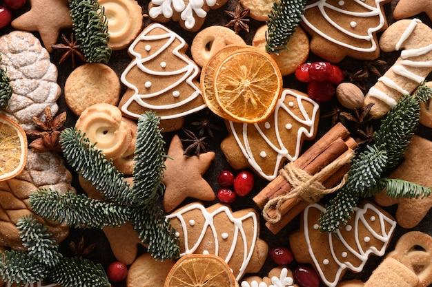 Weihnachtsplätzchen mit glasur verschiedene formen zimt anis sterne rote beeren orange chips fichte
