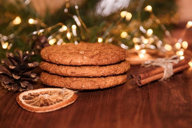 Weihnachtsplätzchen mit hausgemachtem gesalzenem karamell auf einem holz