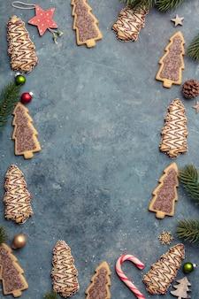 Weihnachtsplätzchen mit süßigkeit und festlicher dekoration