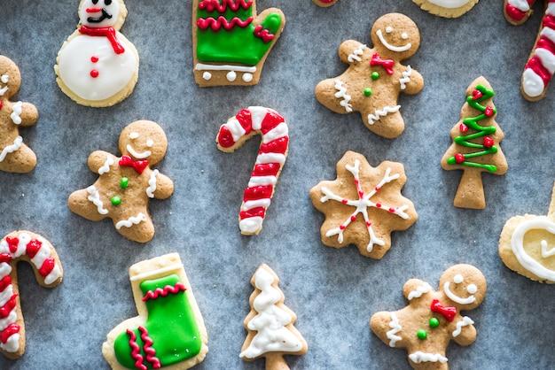 Weihnachtsplätzchen mit zuckerguss verziert