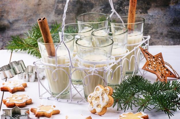 Weihnachtsplätzchen und cocktail